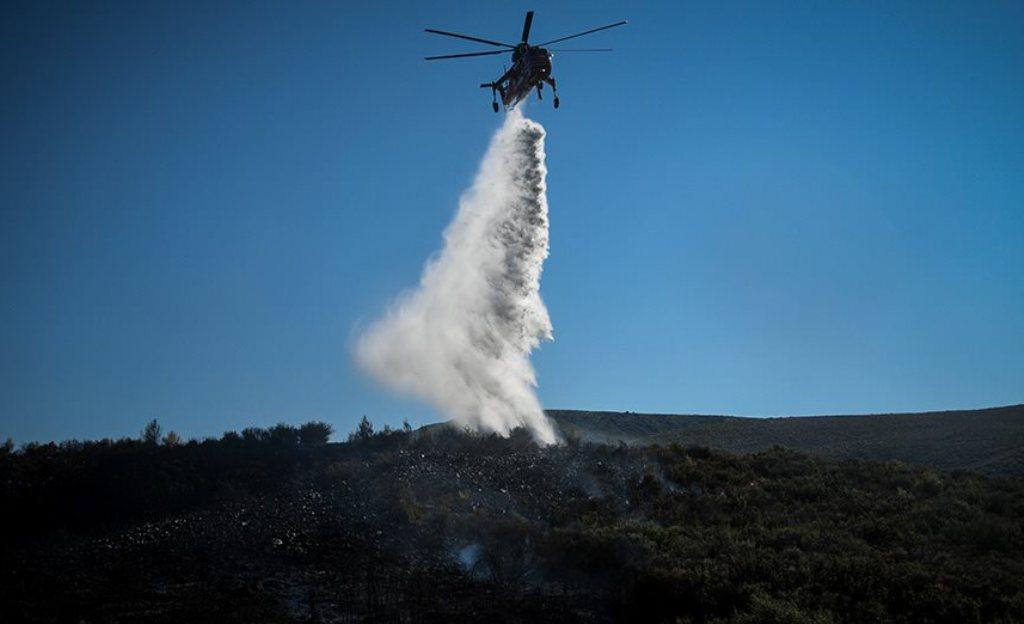 Συνεχίζουν το καταστροφικό τους έργο οι πυρκαγιές σε Ελαφόνησο και Μαραθώνα
