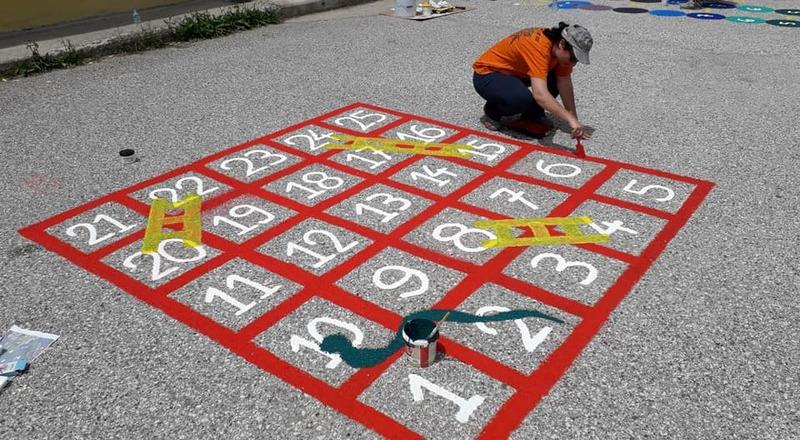 Το ωραιότερο ίσως σχολικό προαύλιο - Η γκρίζα αυλή γέμισε με πολύχρωμα επιδαπέδια παιχνίδια