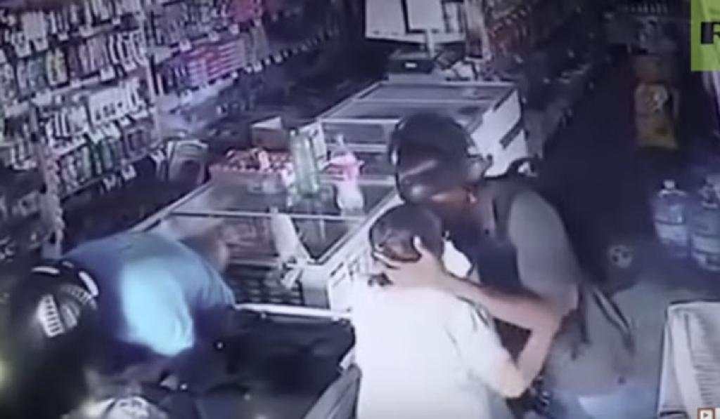 Ληστές με... ευαισθησίες! Φίλησε την ηλικιωμένη και δεν της πήρε τα χρήματα (VIDEO)
